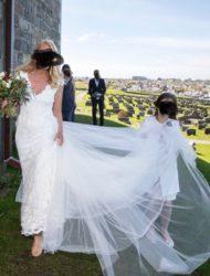 Prachtige bruidsjurk van Olvi's Lace Collection met afneembare sleep