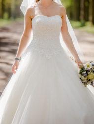 Bruidsjurk van Ladybird met grote tule rok en kanten lijfje.
