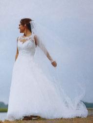 Chique Pronovias trouwjurk met hoepel en prachtige sluier