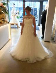 Mooie off white trouwjurk met kant, strass, tule en sleep