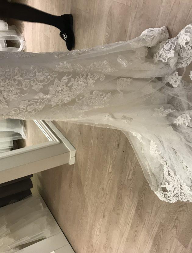 Aangesloten kanten jurk, met prachtige rug en sleep
