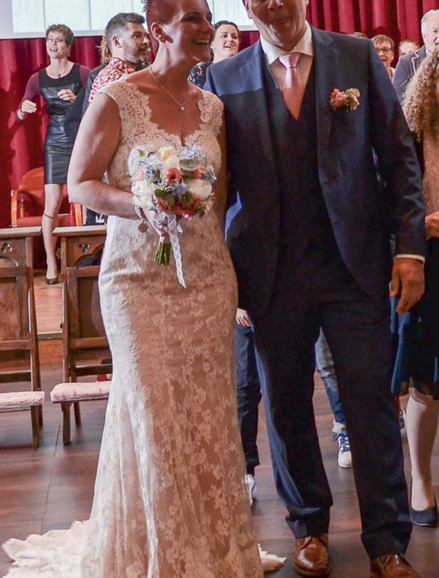 Maggie Sottero Londyn, rechte jurk met bijzondere halslijn